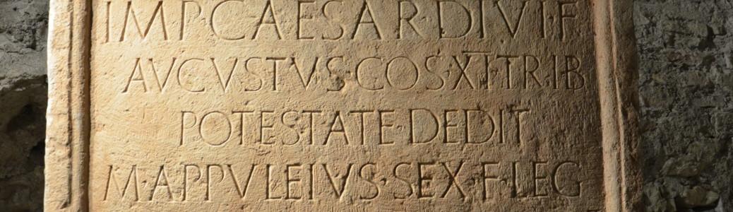 Copia dell'epigrafe di M. Apuleius, relativa ad un intervento di evergetismo, inserita fin dal XV secolo come elemento di reimpiego della chiesa di Sant'Apollinare