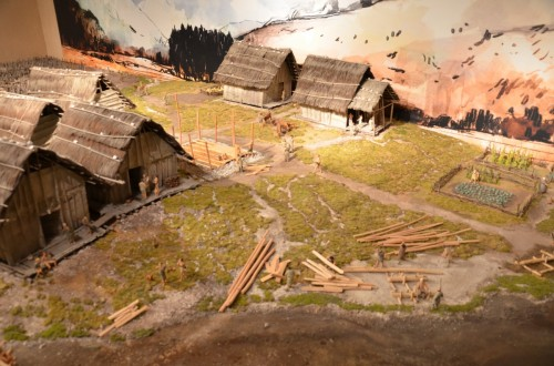 Plastico Fiavé 6 che illustra varie scene di vita quotidiana ì, tra cui la costruzione di una nuova abitazione